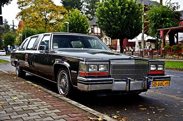 Zabytkowy samochód stojący w pobliżu Villi Beata w Nowym Sączu